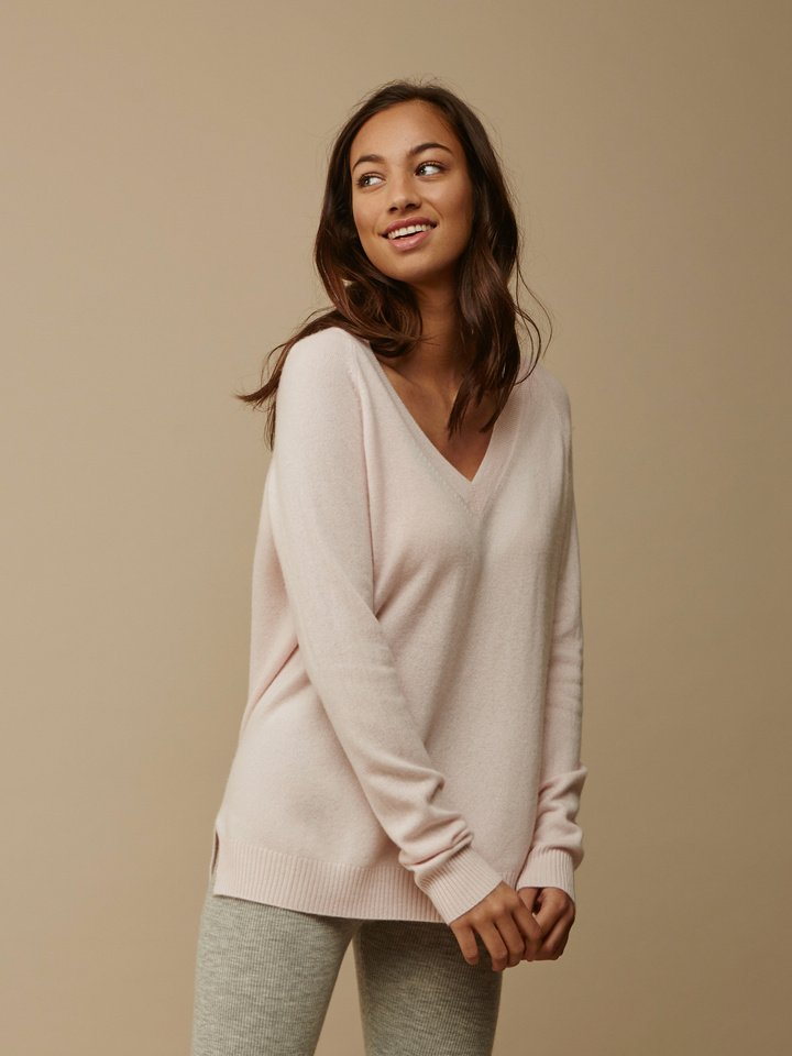 "<span class=""js-statics"" title=""Missing static search site_product_thumbnail"">site_product_thumbnail</span> Women's Oversize V-neck"