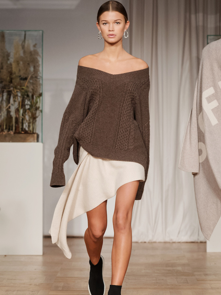 Soft Goat Cable Knit Chunky V-Neck Mocca
