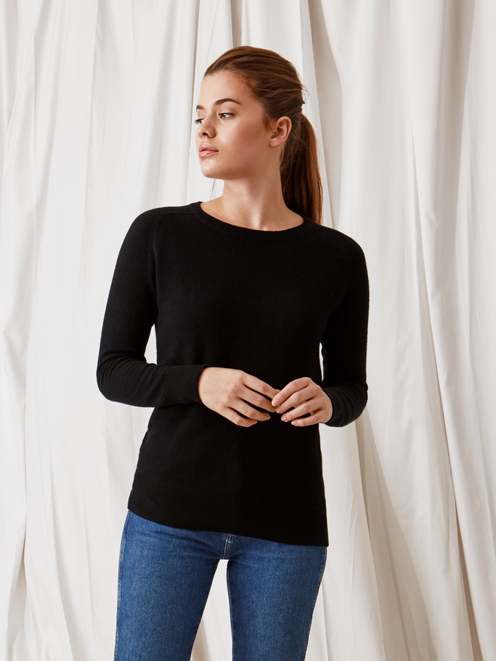 Soft Goat Fitted O-Neck Black